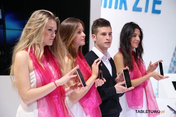 """Tabletowo.pl ZTE Grand Memo 5,7"""" i tablet V98 z Windows 8 (pierwsze wrażenia z MWC 2013) Nowości"""