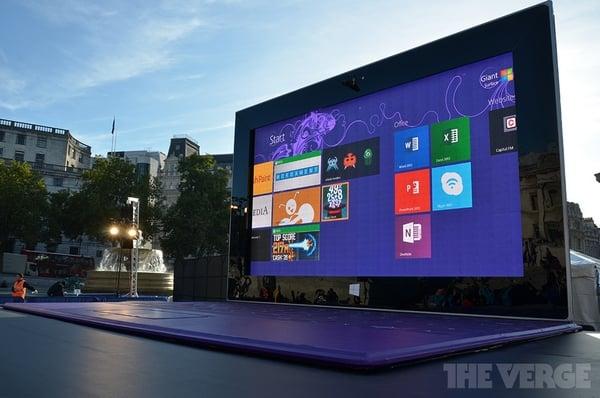 Tabletowo.pl 383-calowy tablet Microsoft Surface pojawia się w centrum Londynu Ciekawostki Microsoft