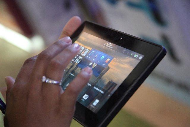 tablet w dłoni
