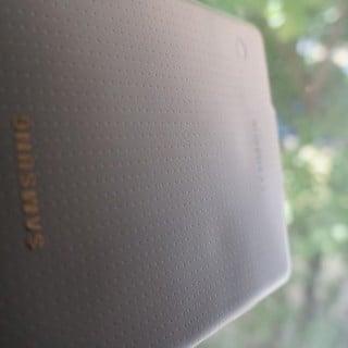 Czy tylna obudowa Galaxy Tab S ulega odkształceniu pod wpływem ciepła? 20