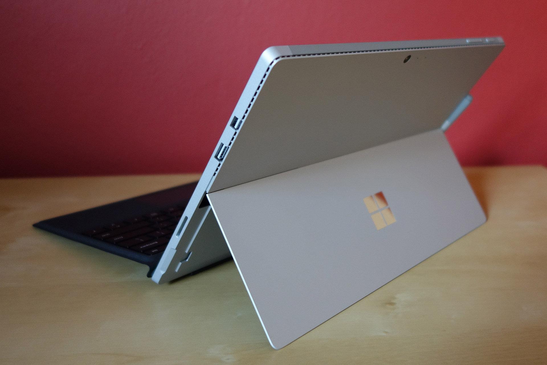Rozpakowywanie hybrydy Surface Pro 4 19