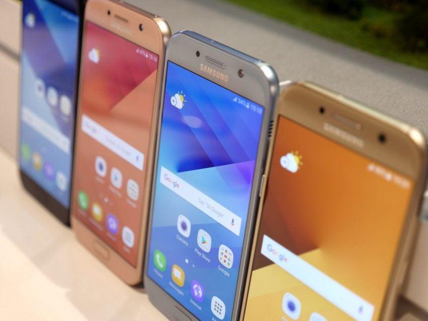 Średniopółkowce, ale prawie jak flagowce - jakie są nowe smartfony z zaprezentowanej serii Galaxy A 2017? 17