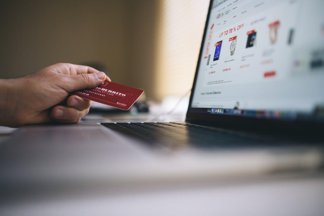 karta płatnicza zakupy przez internet laptop internet