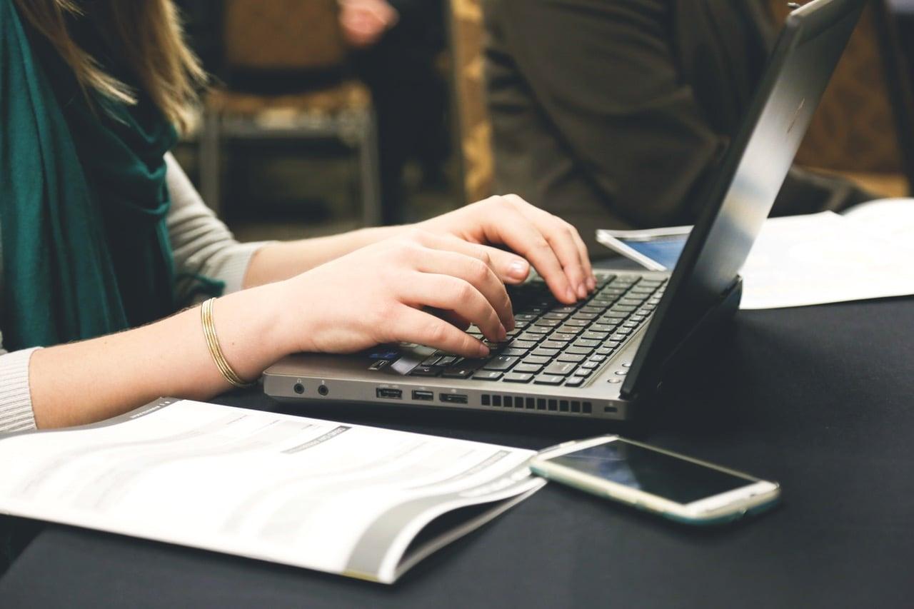 Polacy ogarniają internety w poniedziałki. Najmniej siedzą przed ekranami w soboty 17