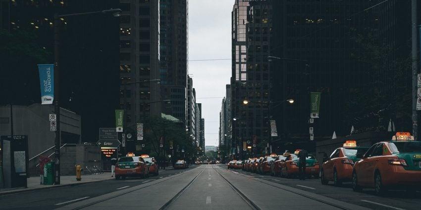Ulica z samochodami / miniatura Uber - fot. Pixabay