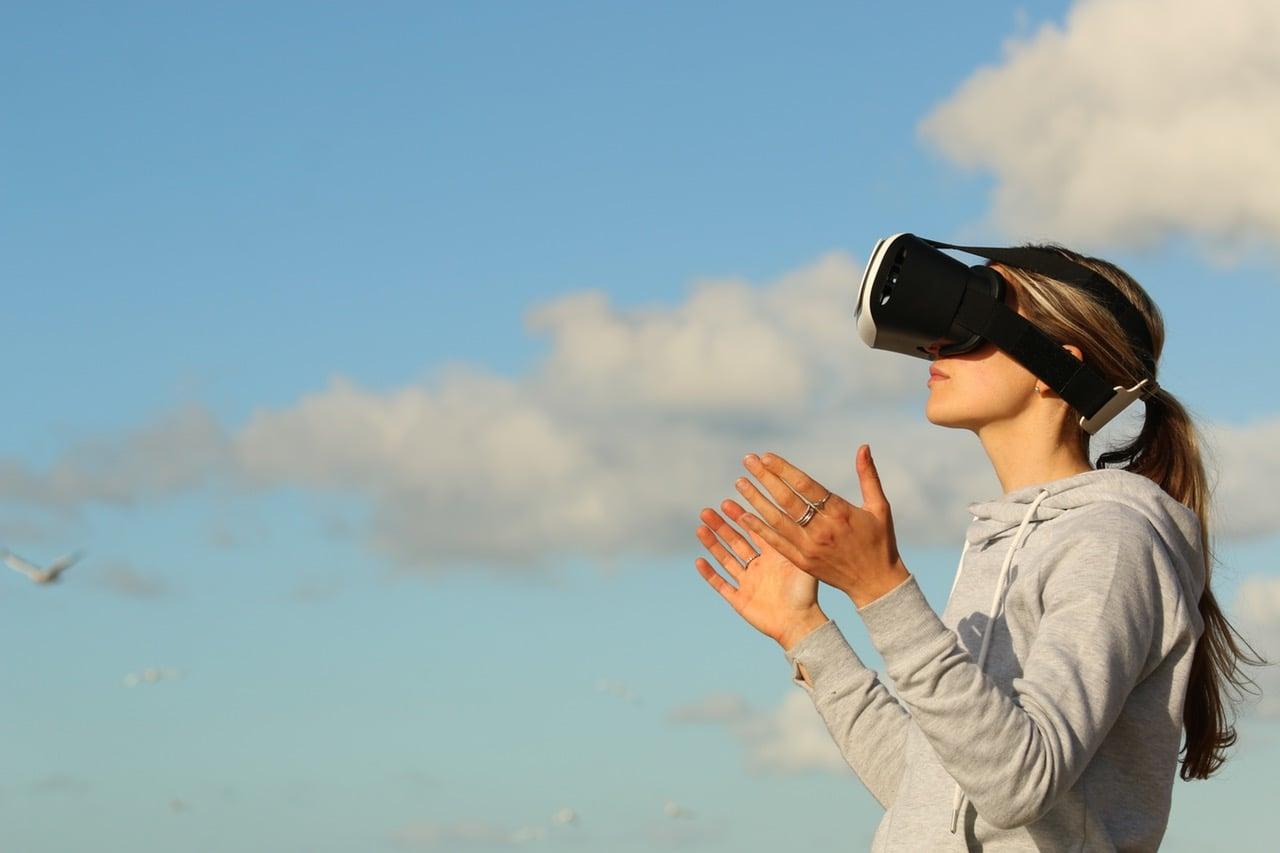 Kobieta w goglach VR