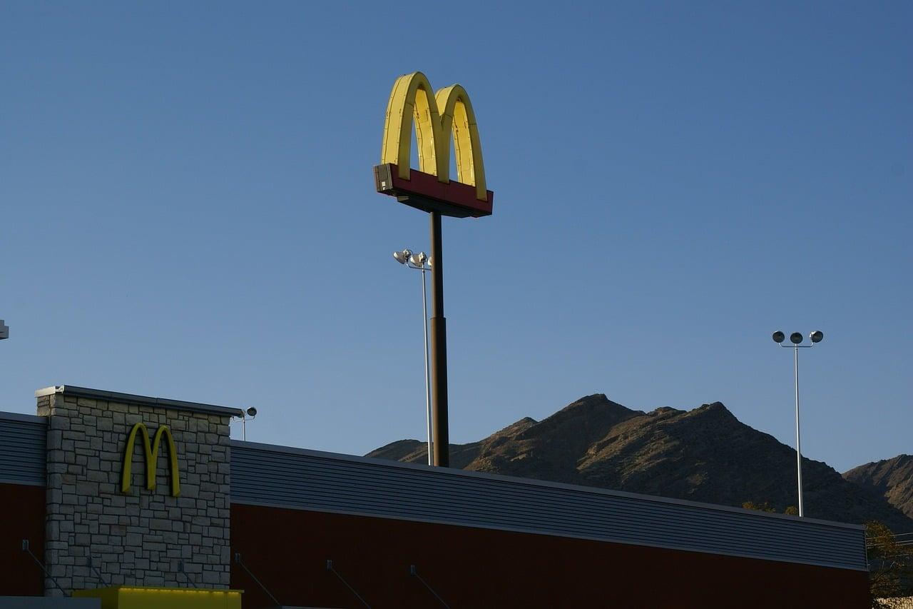 Tabletowo.pl Zamiast wstawiać zdjęcia burgera na Instagram, odłóż smartfon - sugeruje McDonald's Ciekawostki