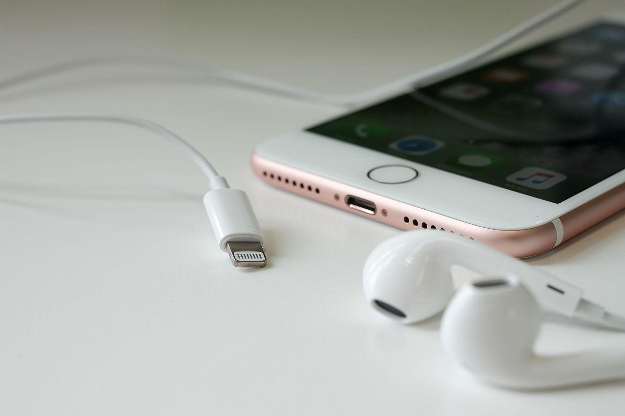"""Tabletowo.pl 71% użytkowników iPhone'ów 7: """"Chcemy z powrotem gniazdo słuchawkowe!"""" Android Apple iOS Raporty/Statystyki Smartfony"""