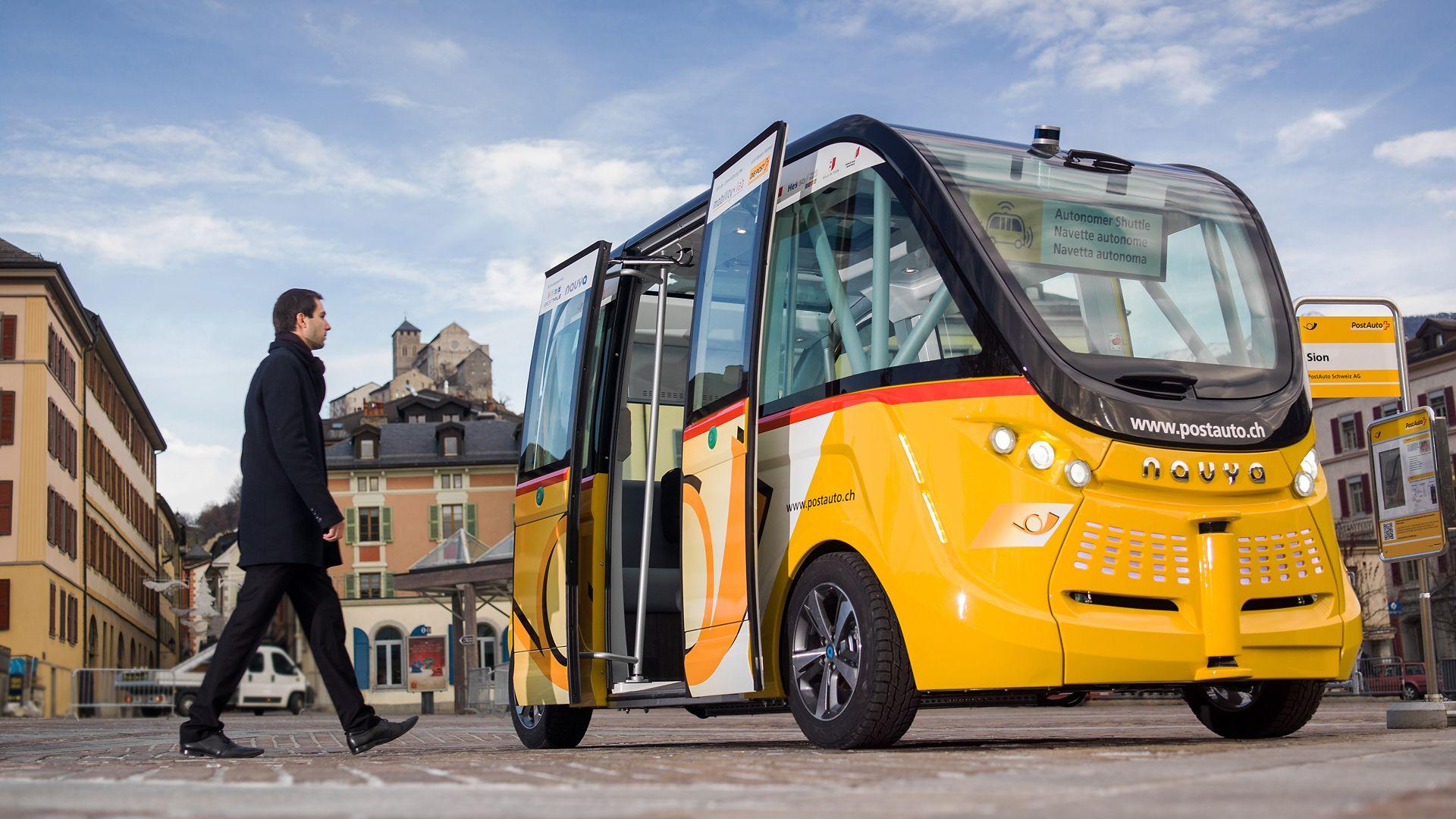 Tabletowo.pl Autonomiczny bus ruszył na drogę i w pierwszym dniu... zaliczył stłuczkę Ciekawostki Moto Sztuczna Inteligencja