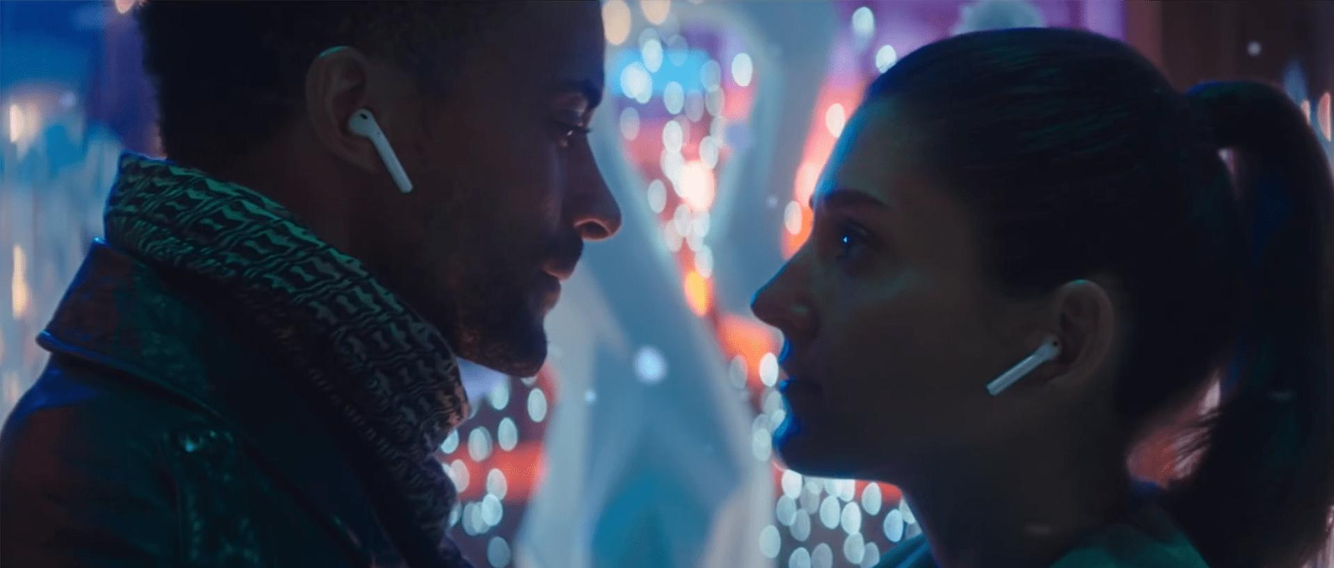 Według tej świątecznej reklamy Apple, taniec na środku ulicy w rytm muzyki ze słuchawek jest OK 19