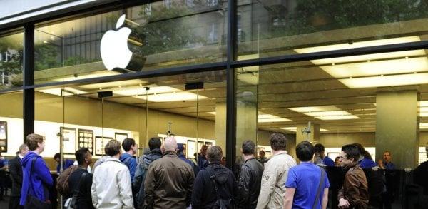 Tabletowo.pl Przez jednego iPhone'a 6s z przegrzewającą się baterią, trzeba było ewakuować cały Apple Store w Zurychu Apple Smartfony