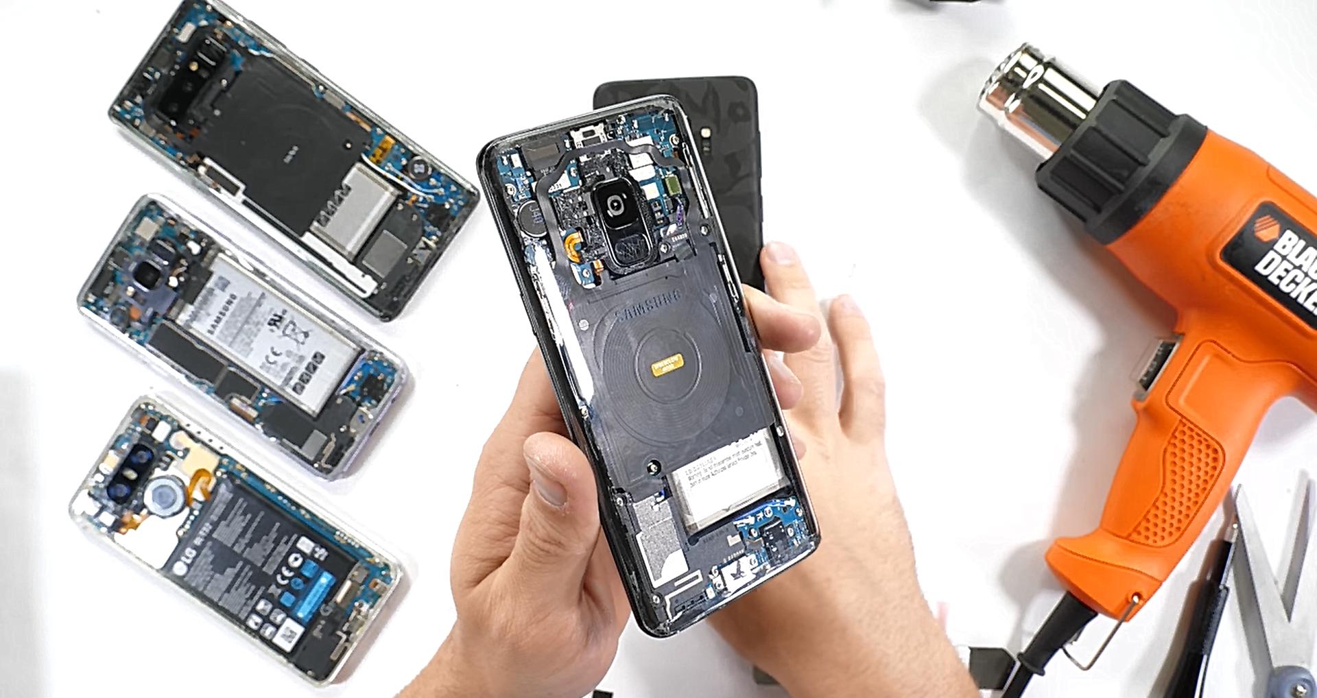 Tabletowo.pl Fuj, jak można było to zrobić Samsungowi Galaxy S9? Prezroczyste plecki ukazują wnętrzności smartfona Samsung Smartfony