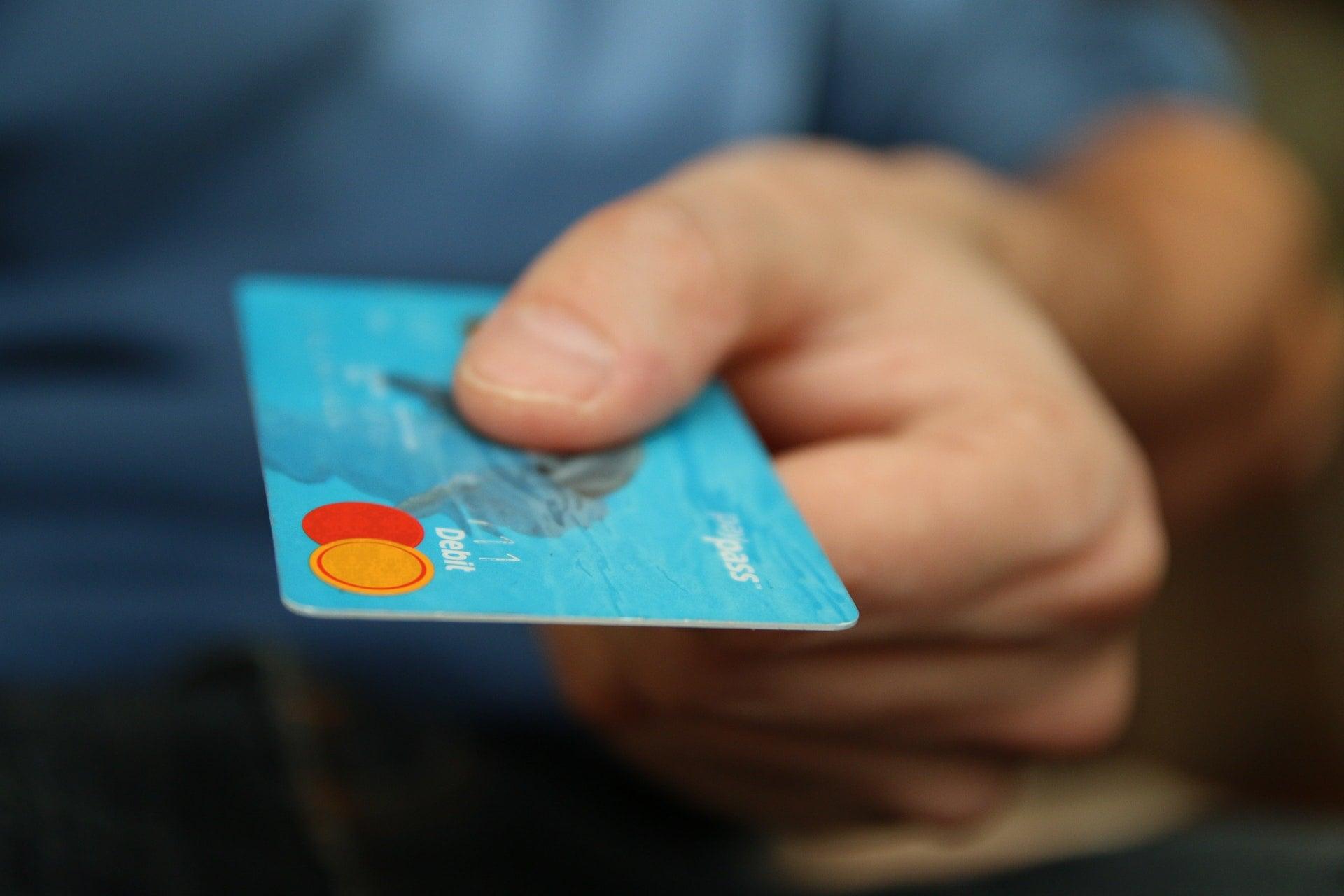 Mieszkańcy Polski są w czołówce klientów, którzy płacą zbliżeniowo za zakupy 21