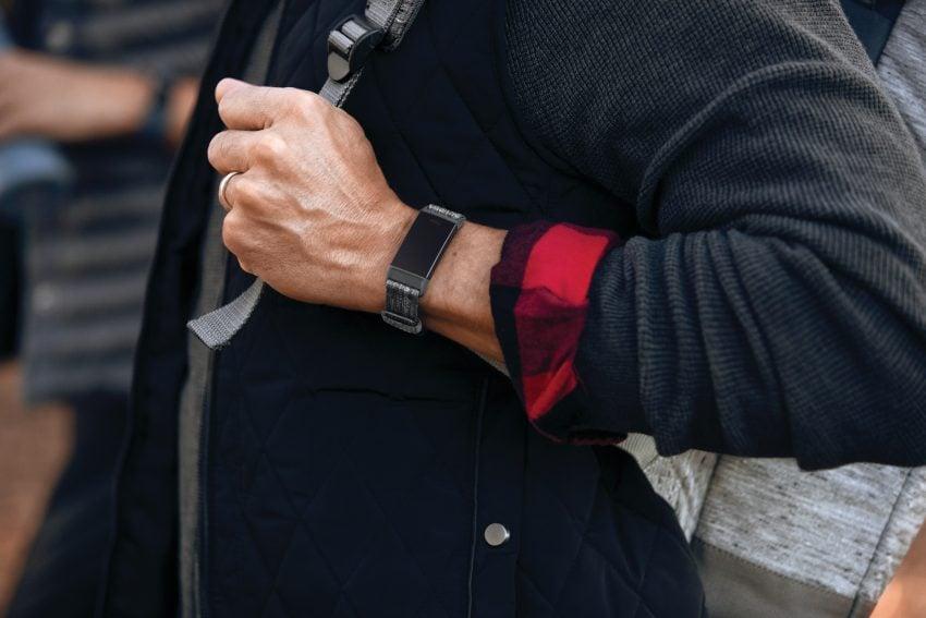 Fitbit Charge 3 oficjalnie. Opaska ma dotykowy ekran i pulsometr, ale zabrakło wbudowanego GPS-a 23