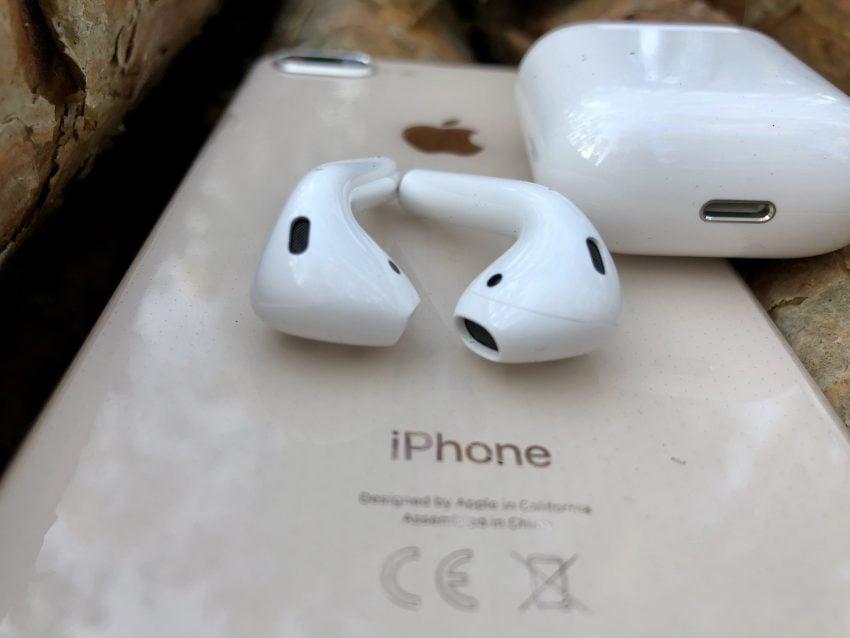Tabletowo.pl Recenzja słuchawek Apple AirPods. Choć od premiery minęły już dwa lata, wciąż wzbudzają kontrowersje Apple Audio Recenzje