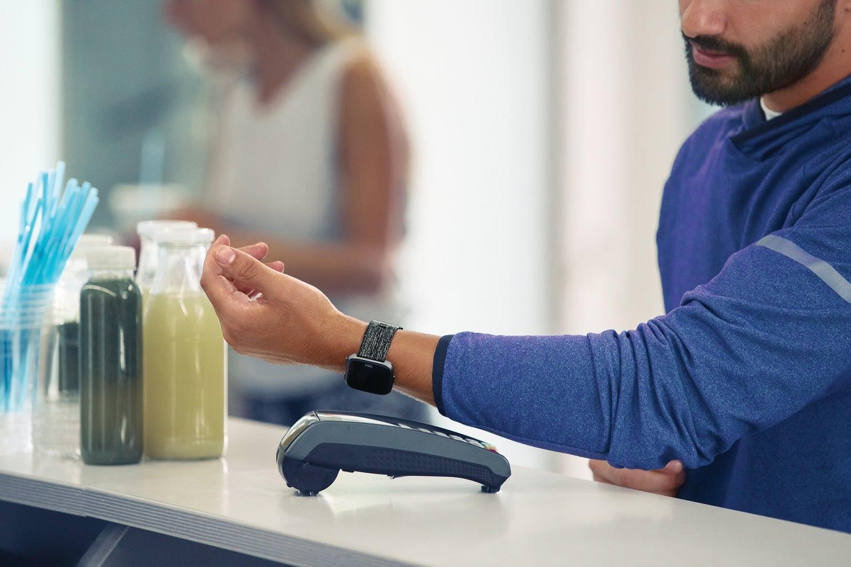 Płatności mobilne Fitbit Pay dostępne w Santander Bank Polska. Jak dodać kartę i jak płacić zegarkiem? 23