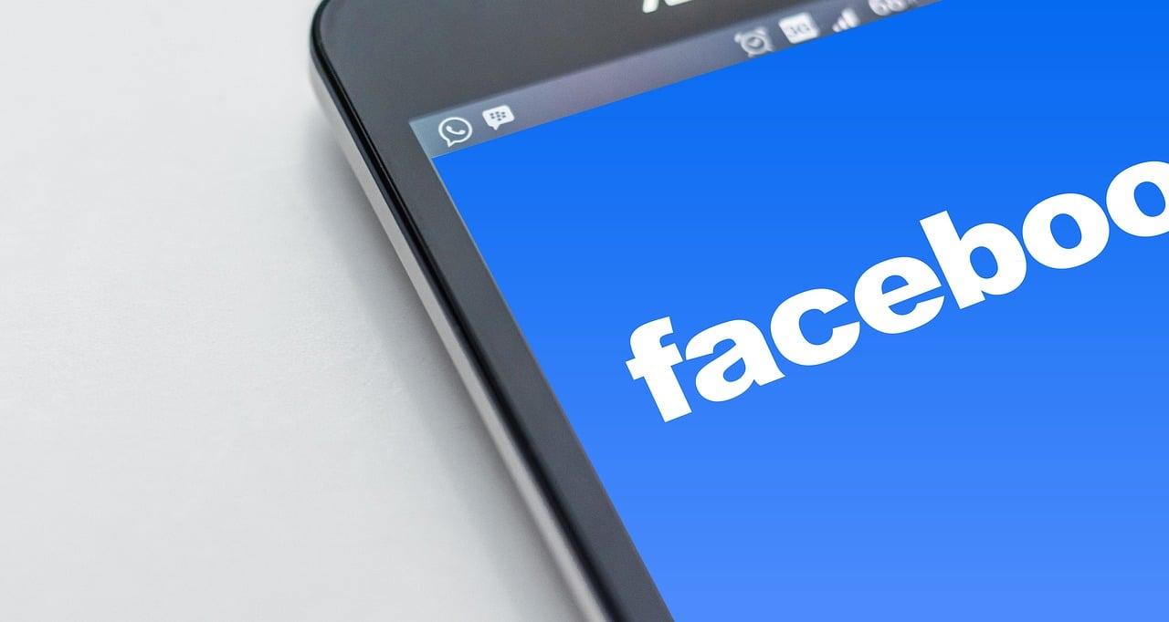"""Facebook chce jeszcze bardziej połączyć wszystkie swoje aplikacje. Użytkownicy widzą Instagram Stories na """"Fejsie"""""""