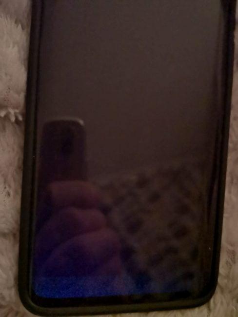 Lepka sprawa: po ekranach niektórych Huawei Mate 20 Pro rozlewa się klej, powodując plamy i nierównomierne podświetlenie
