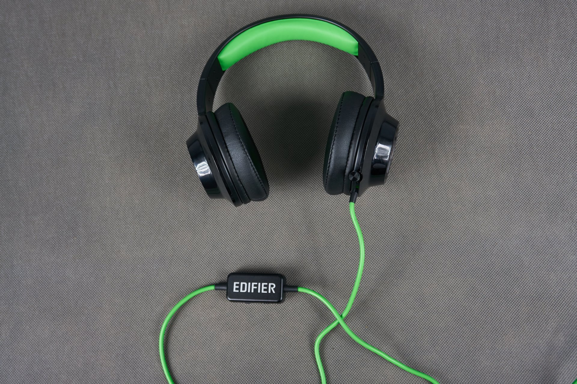 Tabletowo.pl Recenzja słuchawek Edifier V4 - światła, wibracje i dźwięk Audio Recenzje Sprzęt