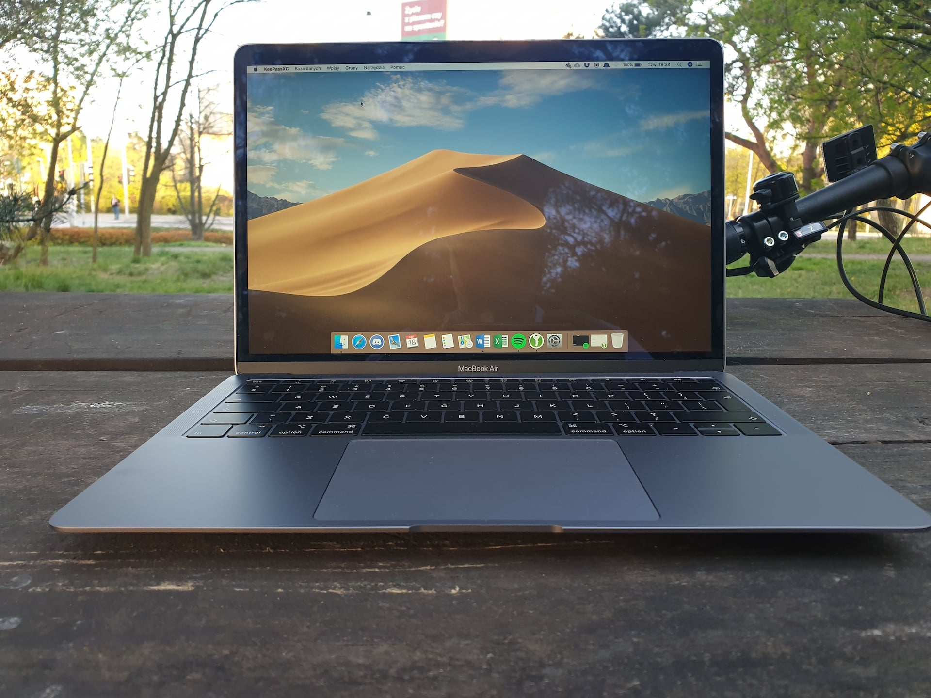 Wzbraniałem się, ale ostatecznie kupiłem MacBooka. I wiecie co? Jestem z niego bardzo zadowolony