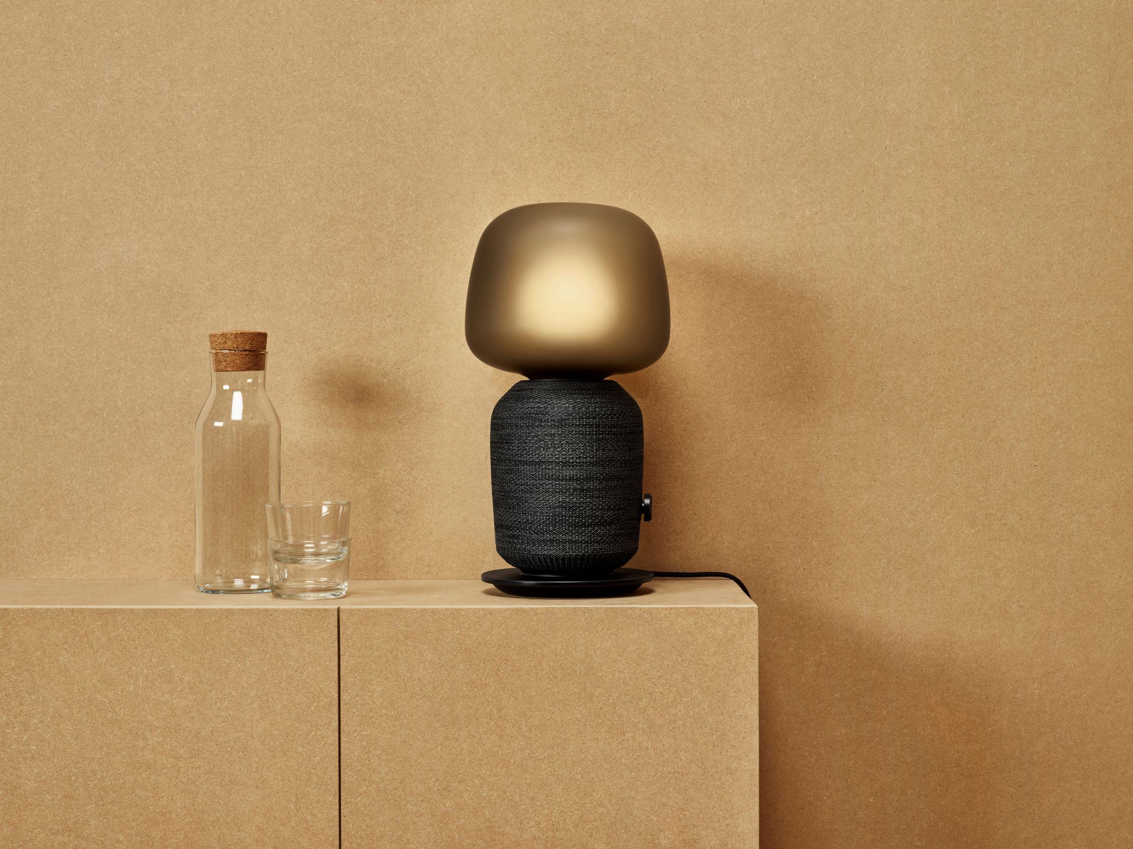 Wyposażenie mieszkania, które emituje dźwięki. Oto głośniki w postaci półki i lampy od Ikei 22