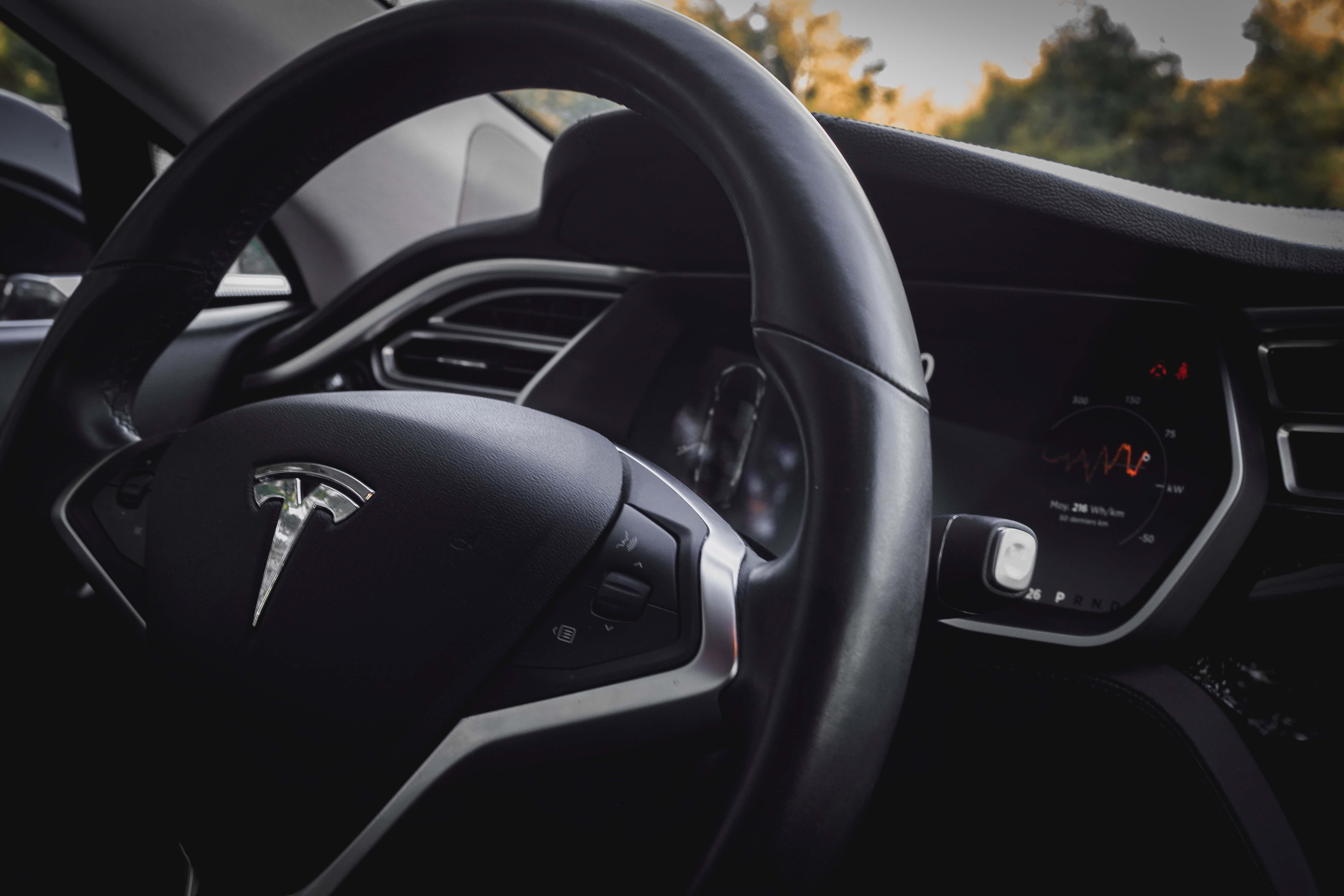 Z jakiego powodu w Tesli 3 zamontowano kamerę w lusterku wstecznym? Elon Musk tłumaczy 17