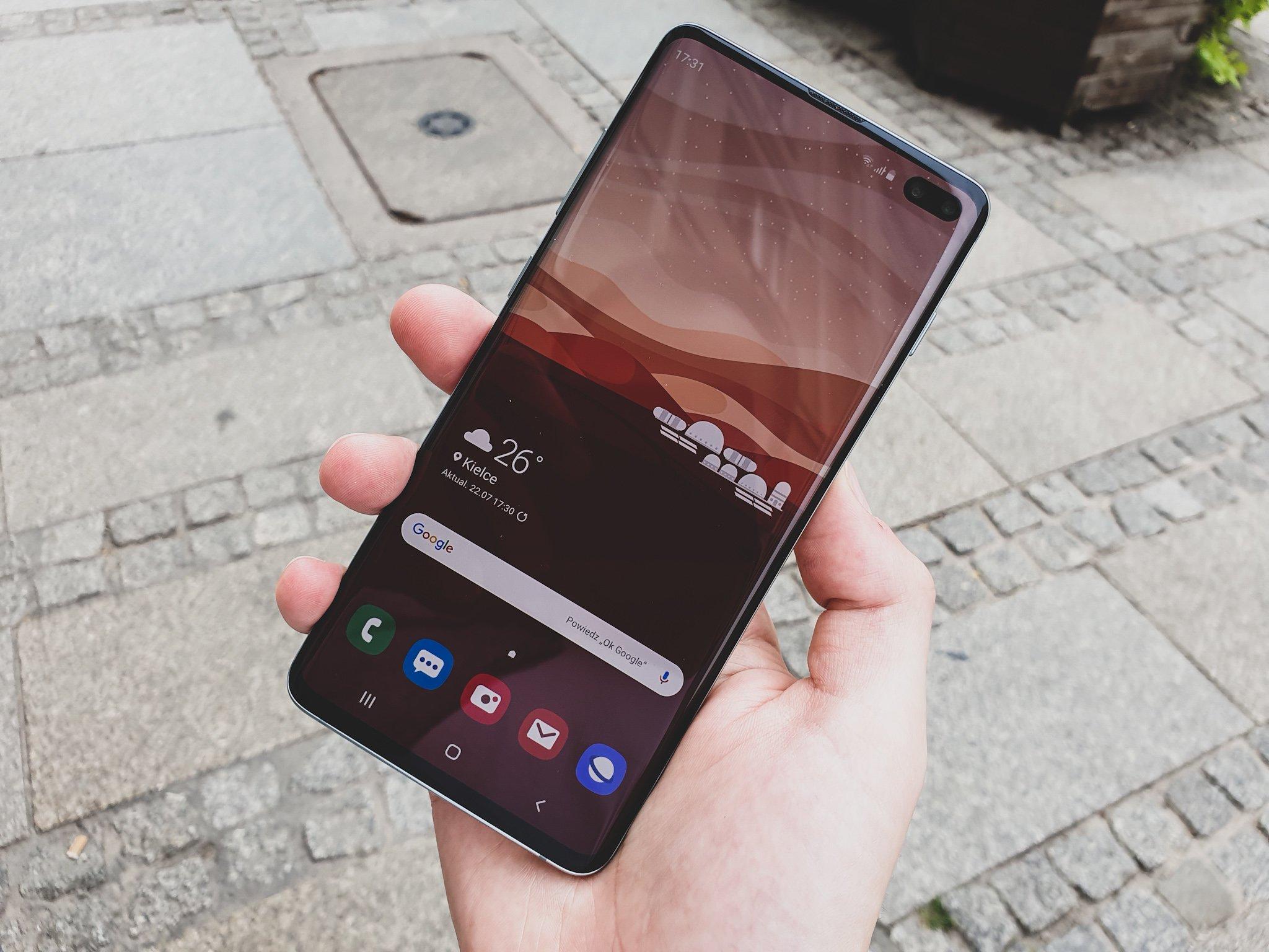 Czytnik linii papilarnych w Samsungu Galaxy S10 oszukasz, naklejając na ekran nieoryginalną folię