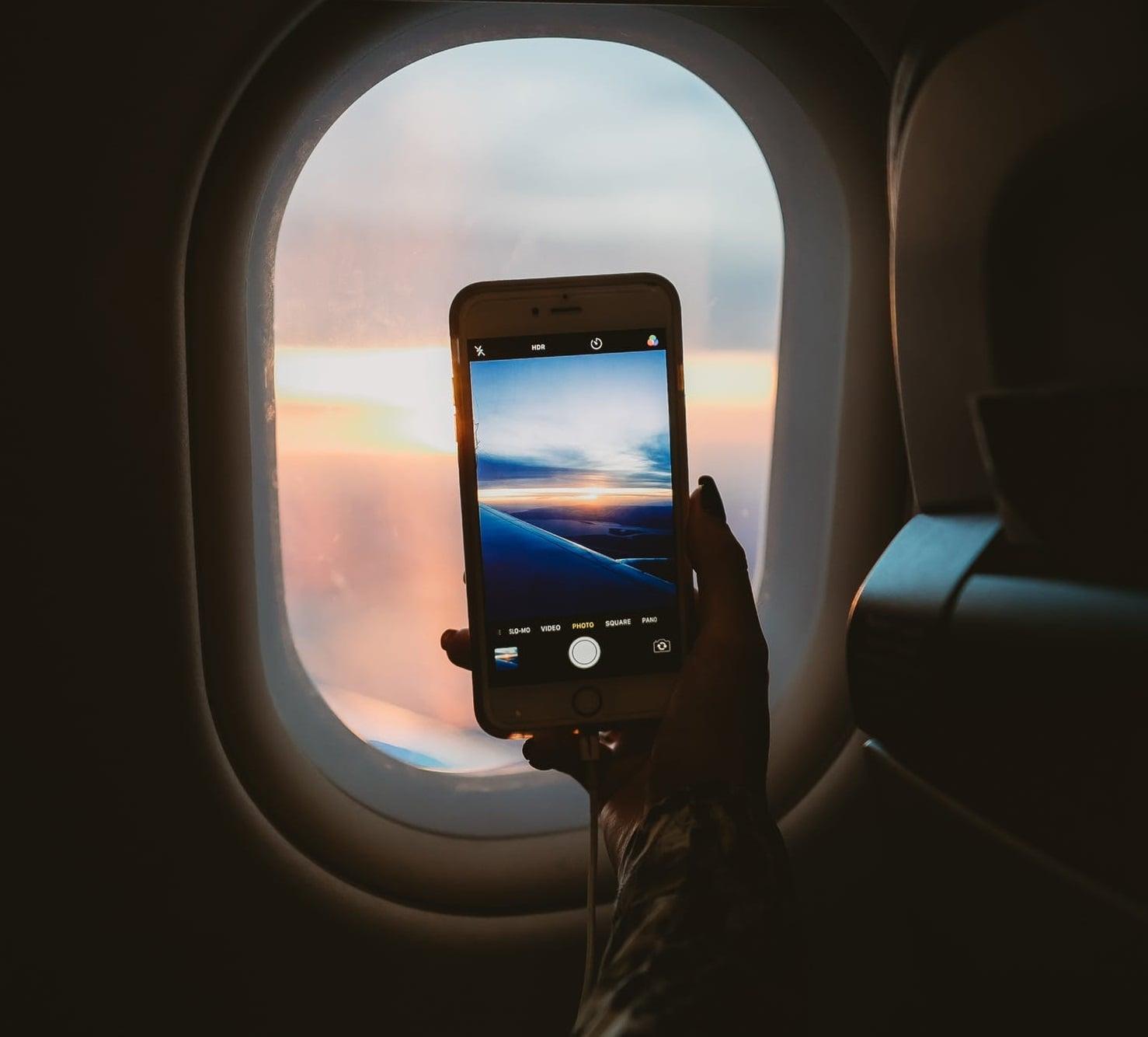 Dlaczego ludzie nie włączają trybu samolotowego w smartfonach podczas lotów?