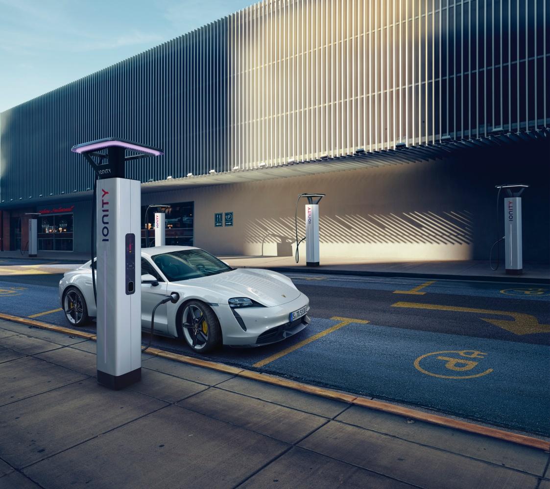 Porsche Taycan już oficjalnie! Oto jak przedstawiają się osiągi, zasięg i cennik