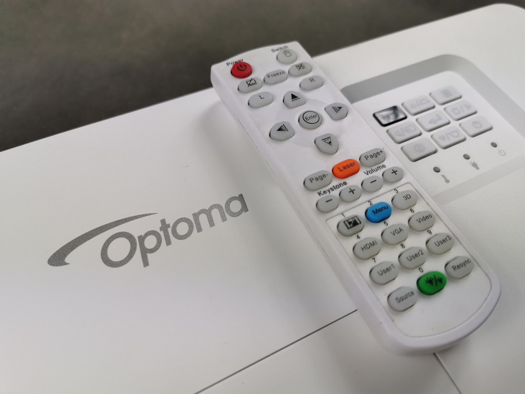 Optoma HD35UST - recenzja projektora ultrakrótkiego rzutu