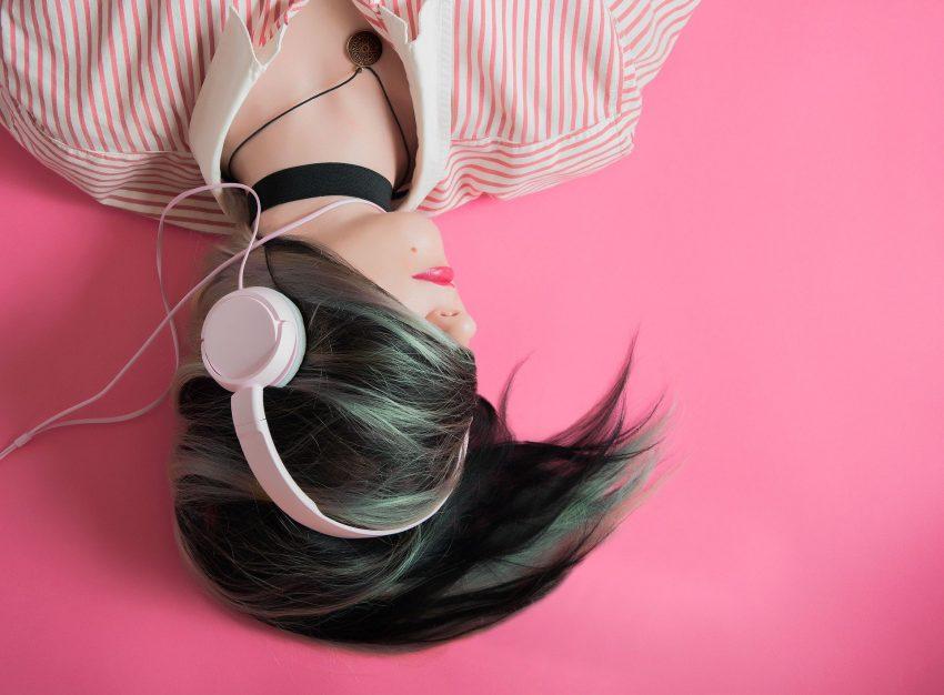 słuchawki muzyka dziewczyna