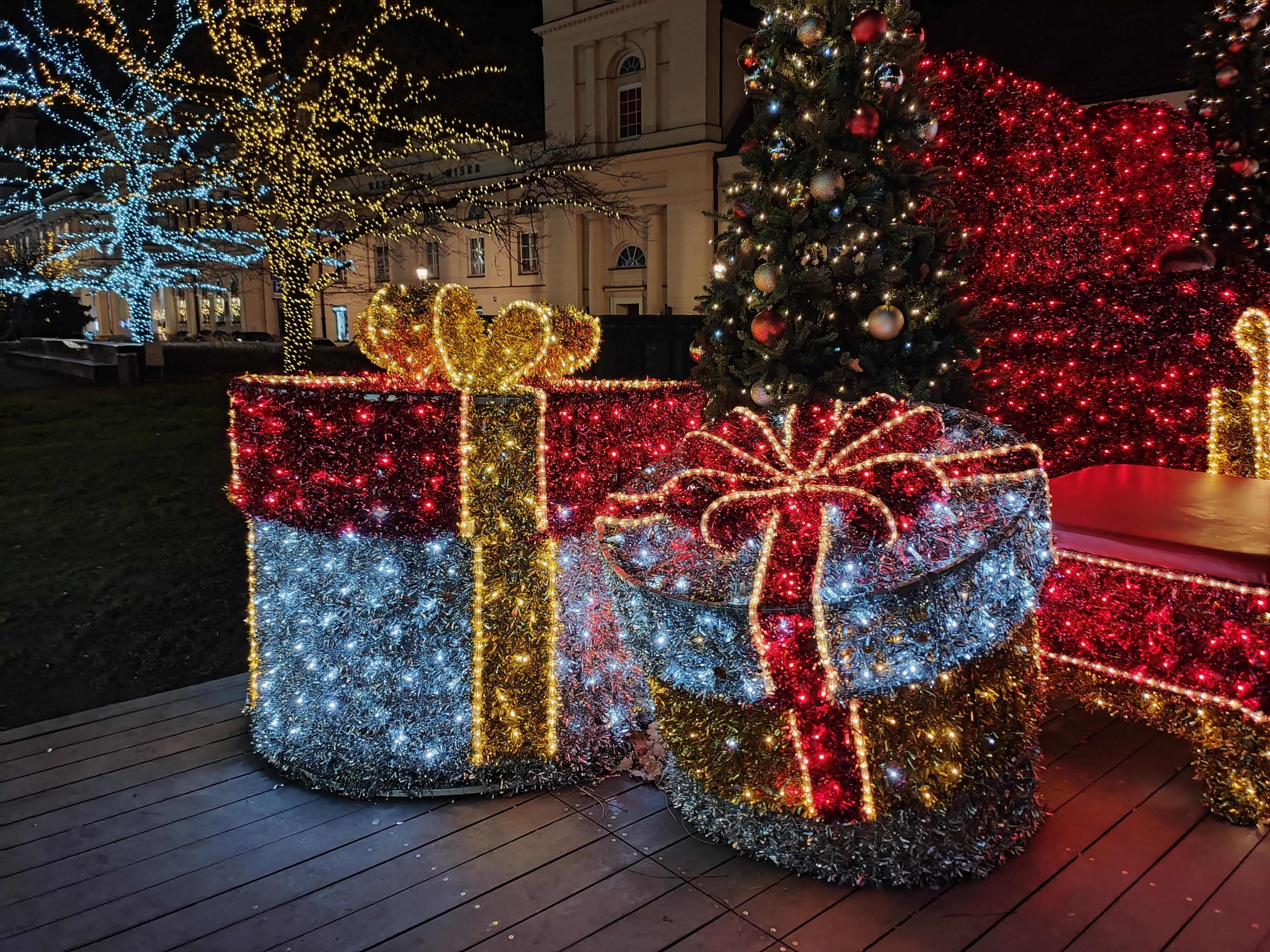 Drodzy, przyjmijcie od nas świąteczne życzenia 18
