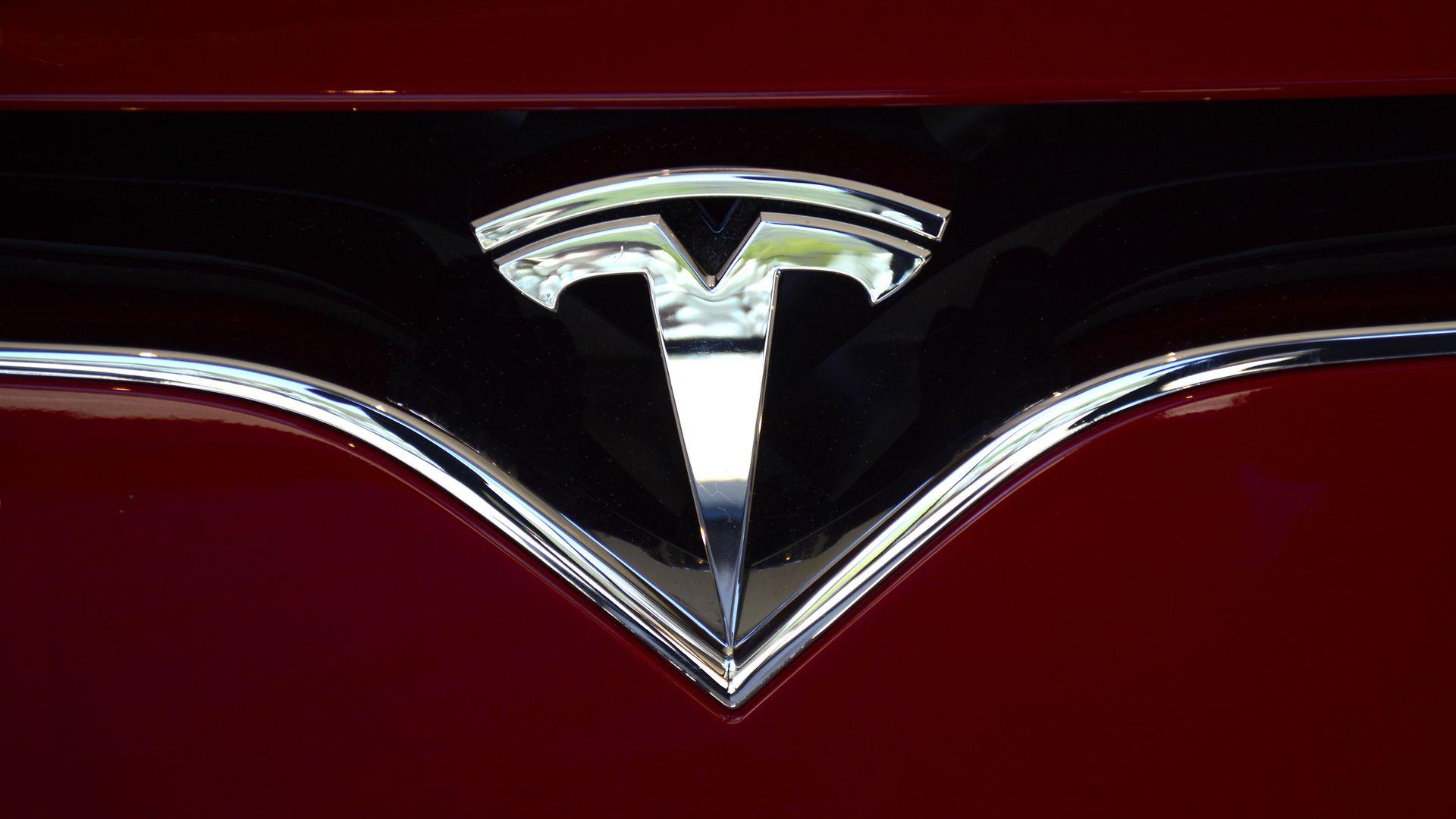 Tesla pokazała długo wyczekiwaną funkcję - samochody przemówią do przechodniów 26