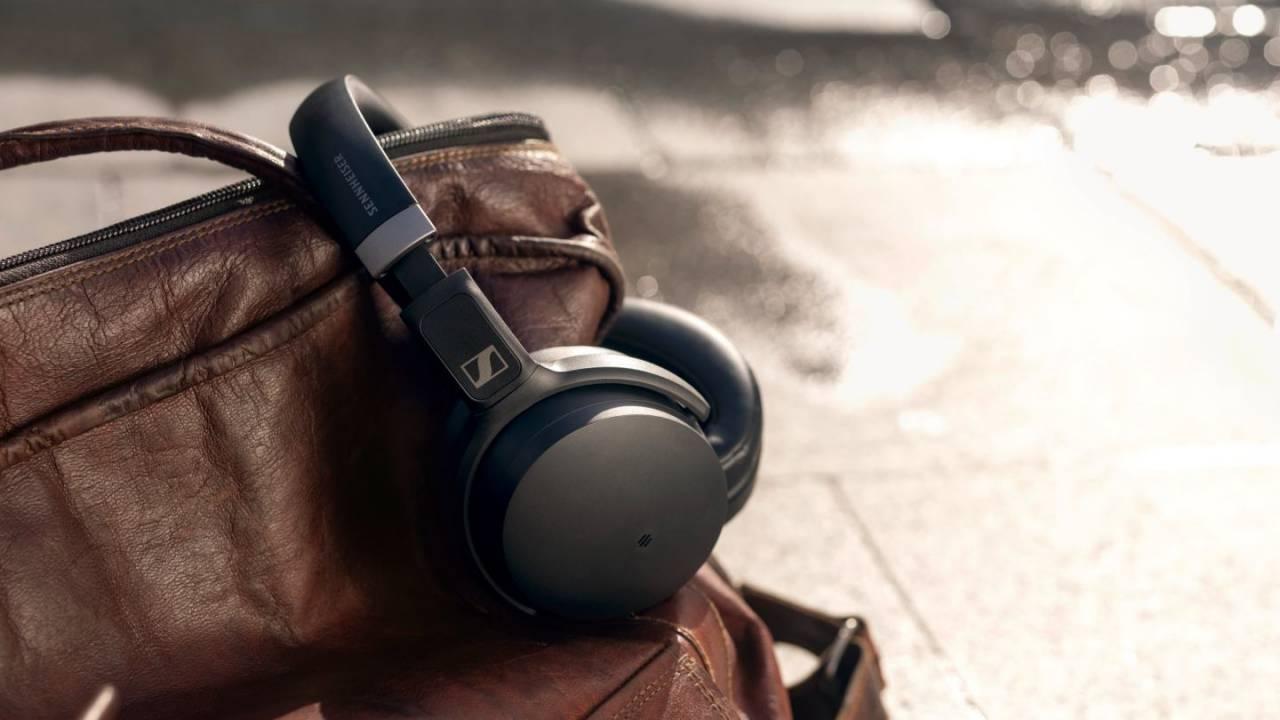 Sennheiser dołącza do oferty tańsze słuchawki nauszne z redukcją szumów