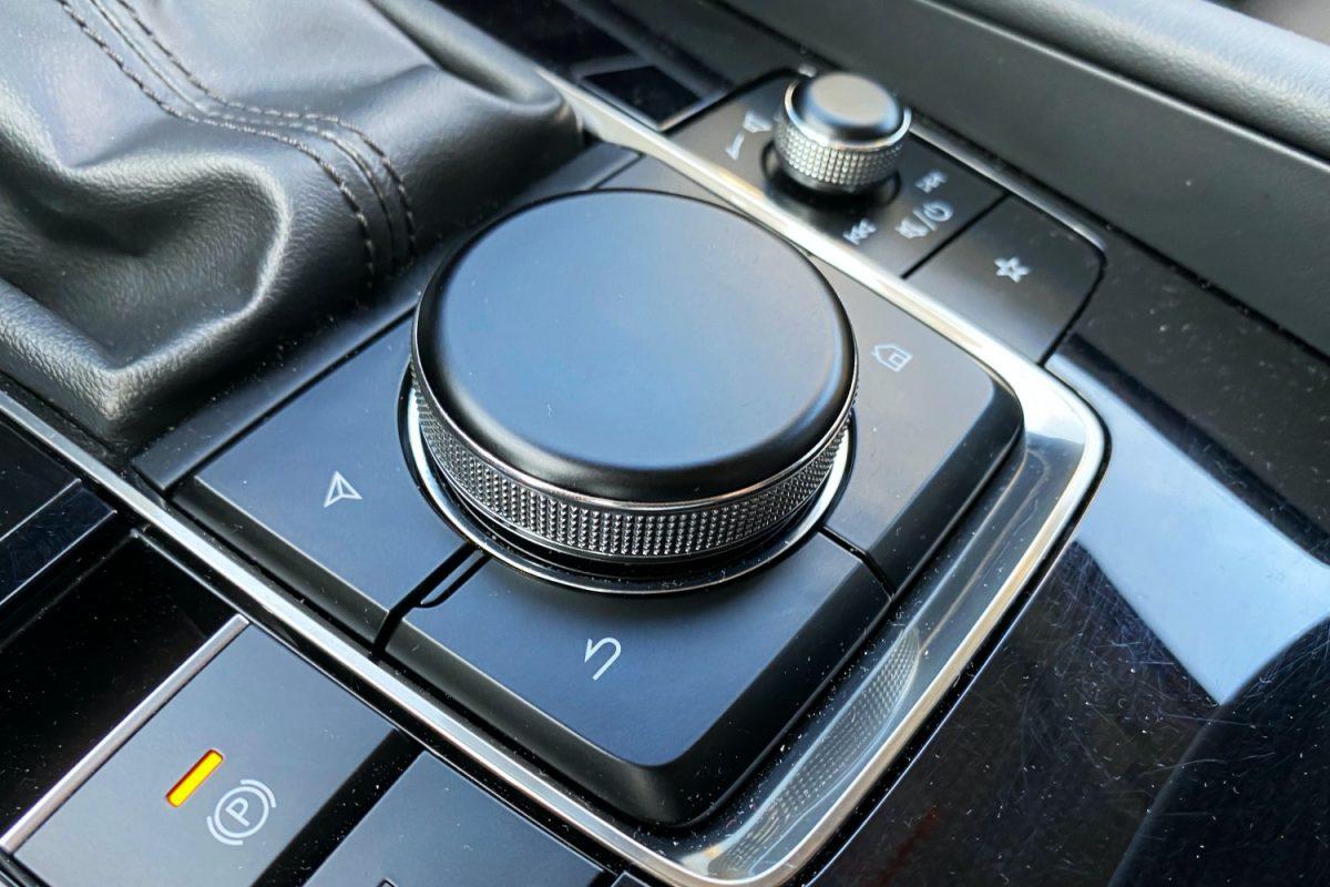 Apple CarPlay można obsługiwać za pomocą pokrętła.