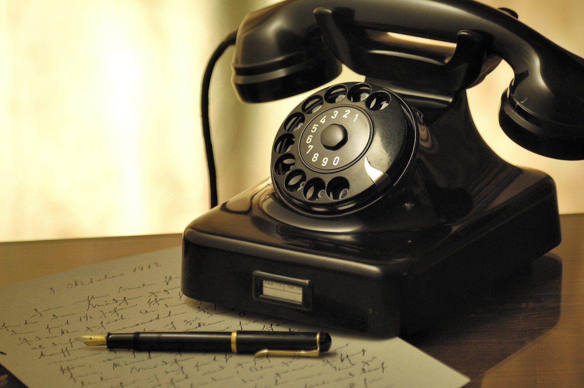 stary klasyczny telefon stacjonarny