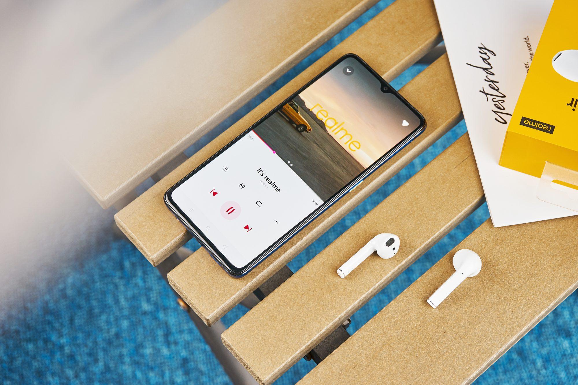 Realme wjeżdża na polski rynek smartfonów jak walec. Mamy ceny flagowca, średniopółkowca i słuchawek 19