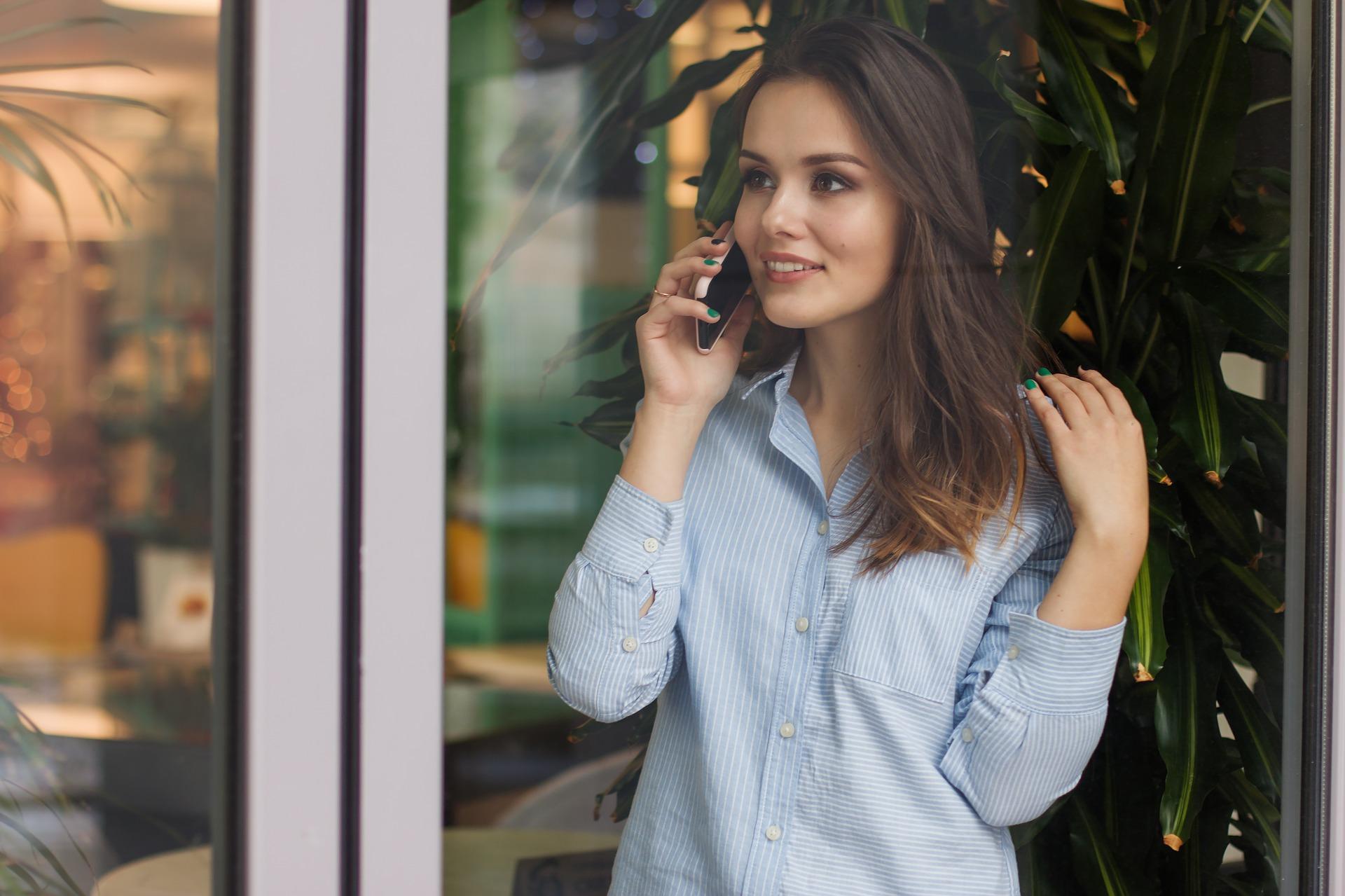 dziewczyna kobieta smartfon rozmowa przez telefon phone talk