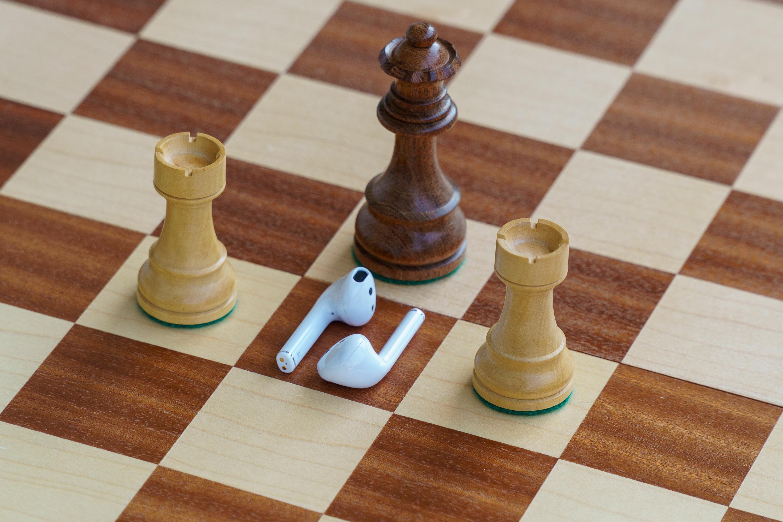 Realme Buds Air w otoczeniu figur szachowych