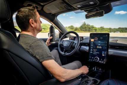Ford Mustang Mach-E z funkcją autopilota. Tak, będzie można puścić kierownicę 31