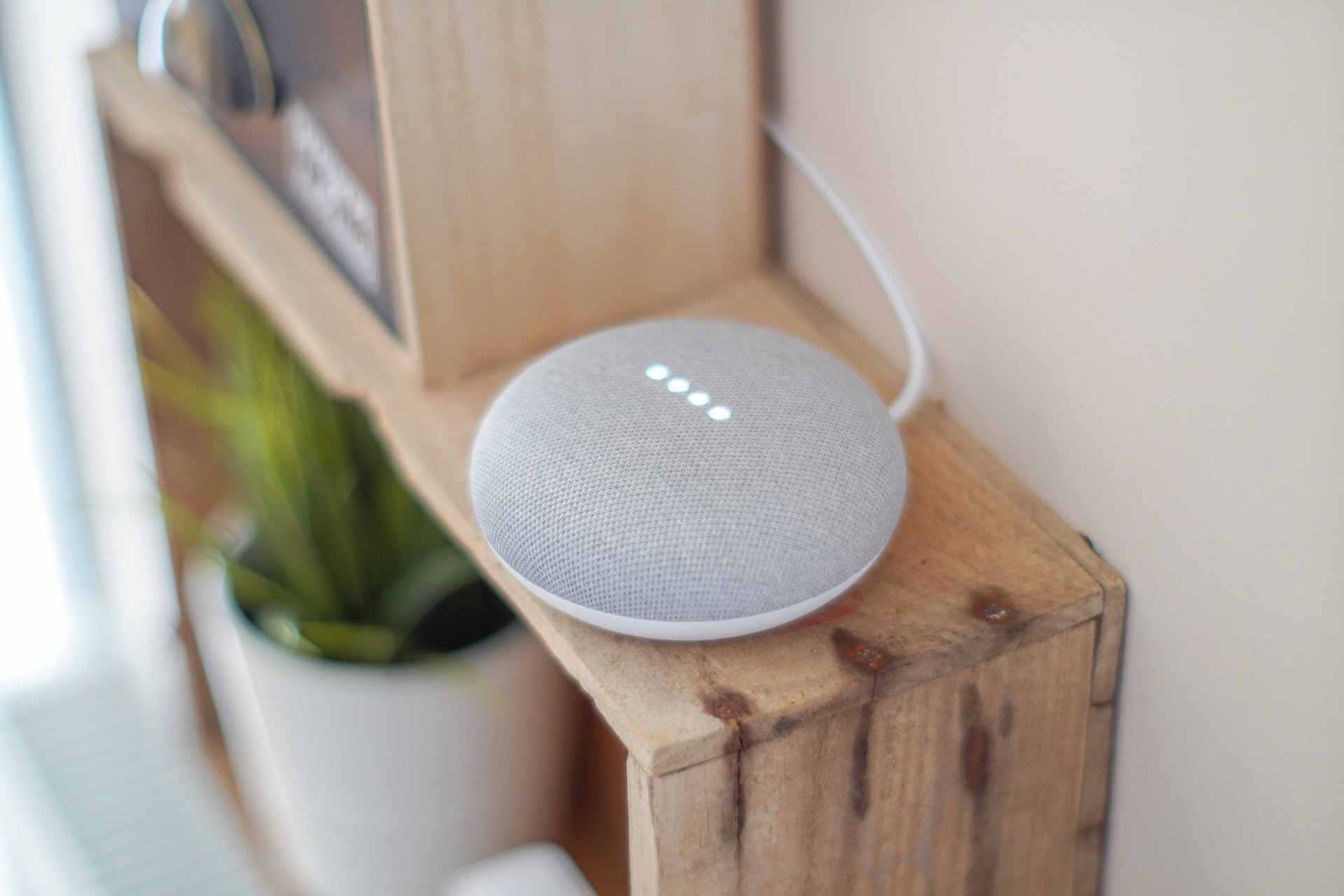 Google Home Mini - inteligentny asystent i głośnik