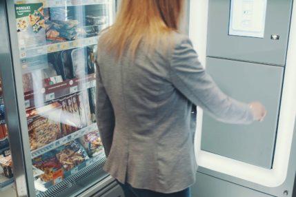 Automat paczkowy w sklepie sieci Żabka