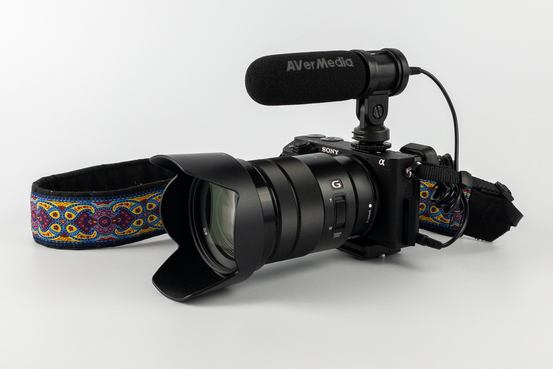 Mikrofon Live Streamer MIC 133P zamontowany na aparacie Sony α6300