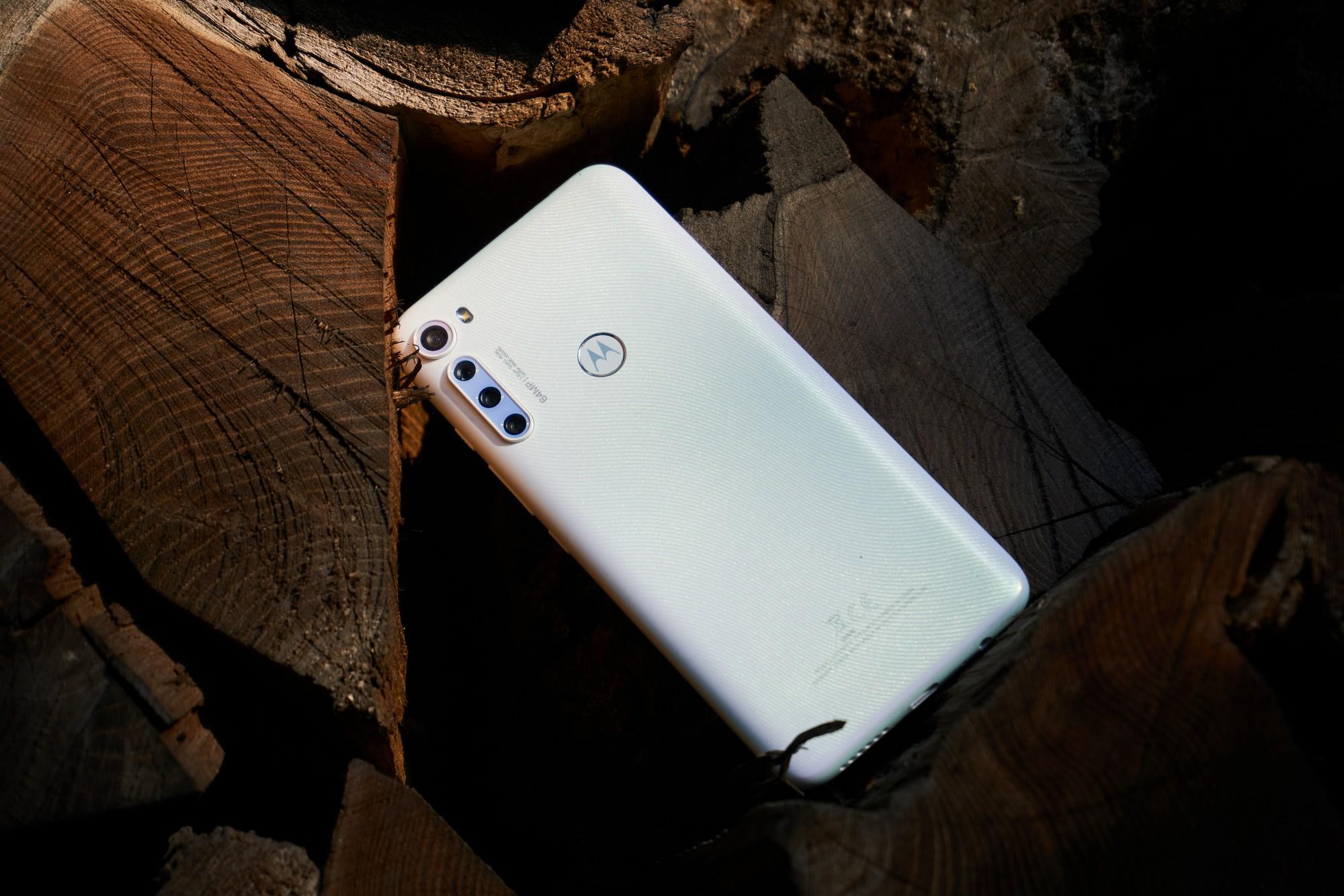 Motorola One Fusion+ w drewnianym towarzystwie