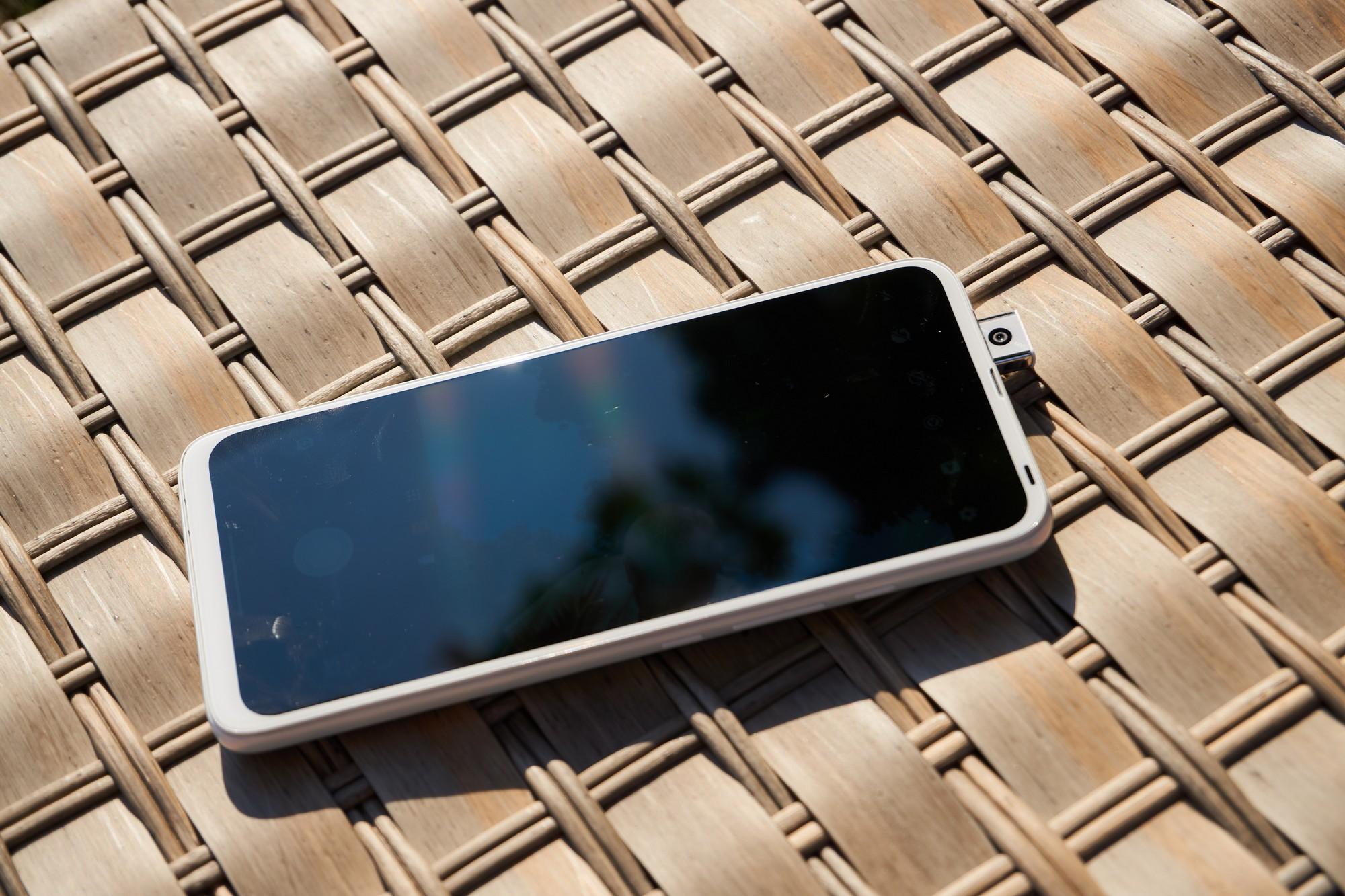 Motorola One Fusion+ praży się w słońcu