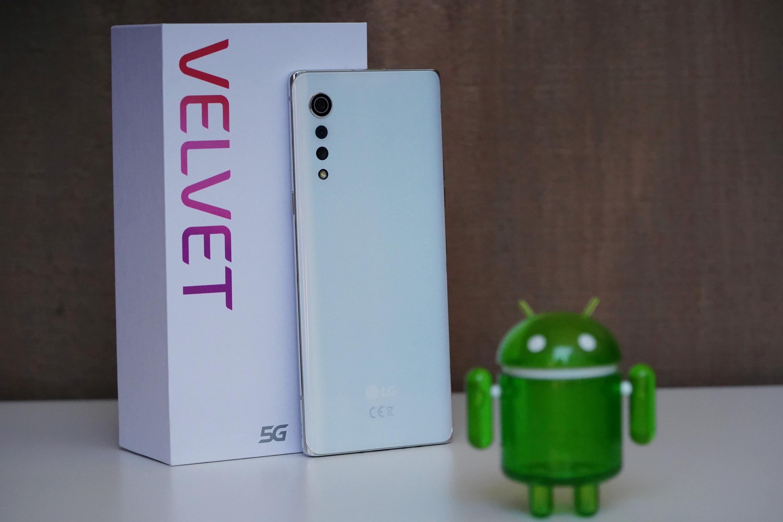 LG Velvet oparty o pudełko