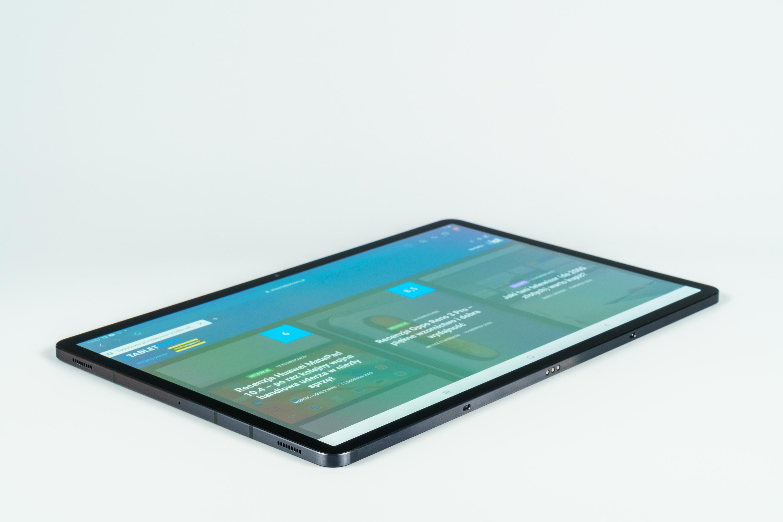 Samsung Galaxy Tab S7+ z widocznym włączonym ekranem