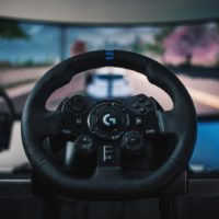 Logitech G923 to jedna z pierwszych kierownic, które podłączysz do PlayStation 5 7