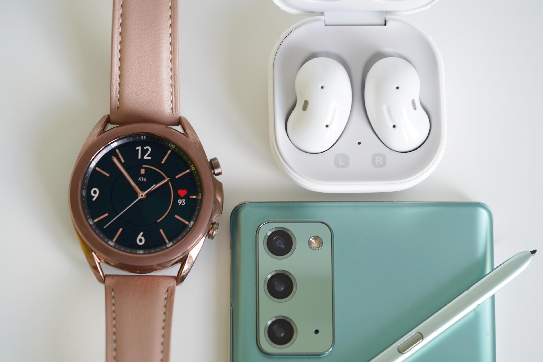 Samsung Galaxy Watch 3 w towarzystwie Galaxy Buds Live i Galaxy Note 20