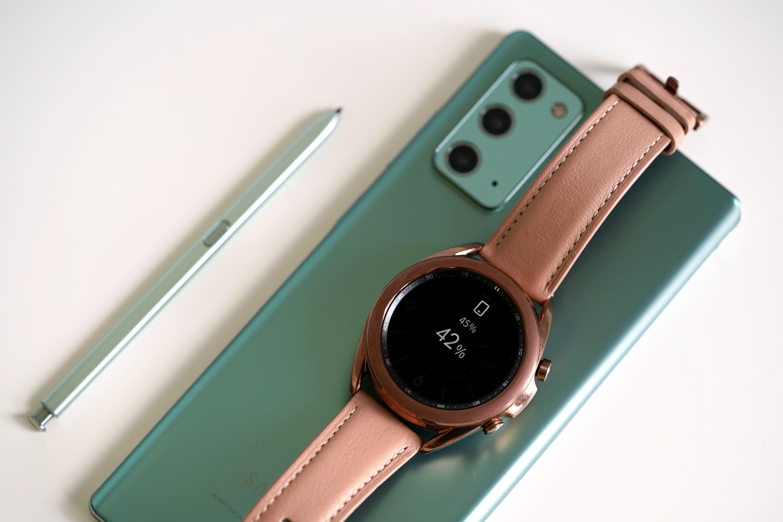Samsung Galaxy Watch 3 ładuje się na pleckach Galaxy Note 20
